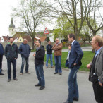 Foto: Westlich der Dorfmauer diskutierte man über die Zukunft des Grundschulgebäudes und die Entwicklung des Wiesenweges