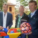 Bürgermeister Joachim Eck (links) und Ortssprecher Tilo Hemmert (rechts) bedanken sich für den großen Arbeitseinsatz des Bürger- und Gartenbauvereins bei der Sanierung des städtischen Spielplatzes in Erlach stellvertretend bei Stefan Michel.